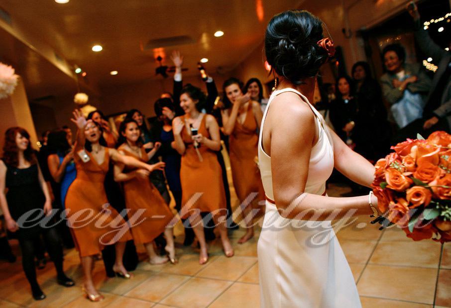 Девушка поймала букет на свадьбе