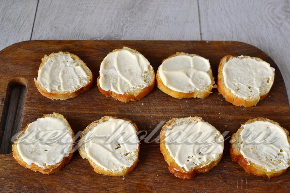 Бутерброд со шпротами и соленым огурцом фото
