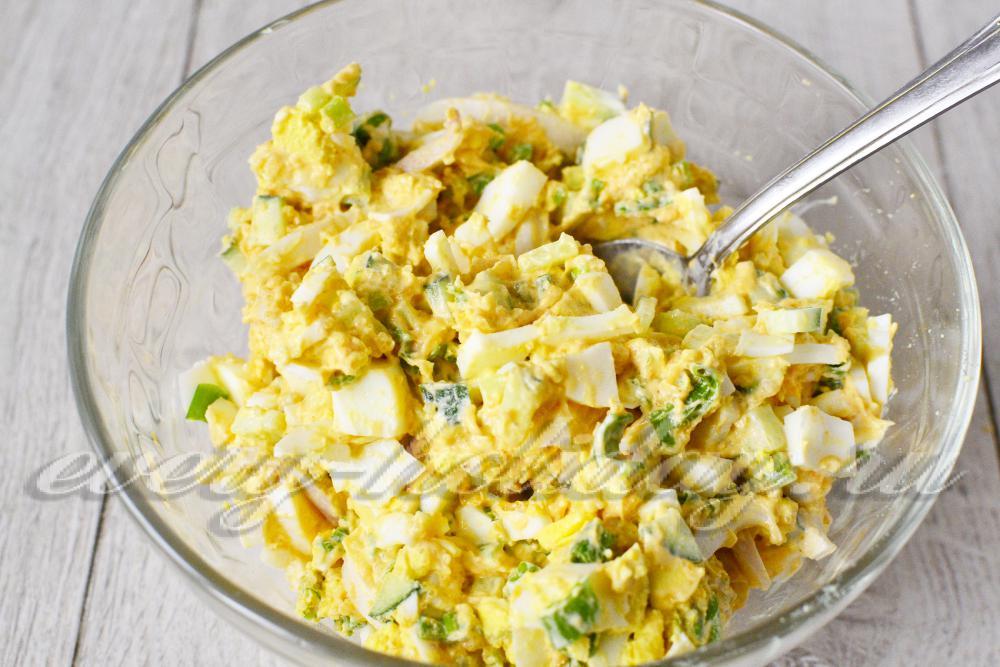 Салат кальмары с икрой и сыром