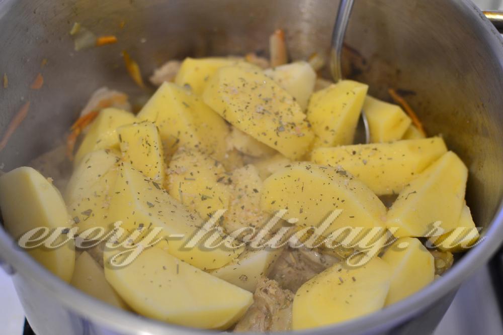 Тушеная картошка с куриным филе на сковороде рецепт с пошагово
