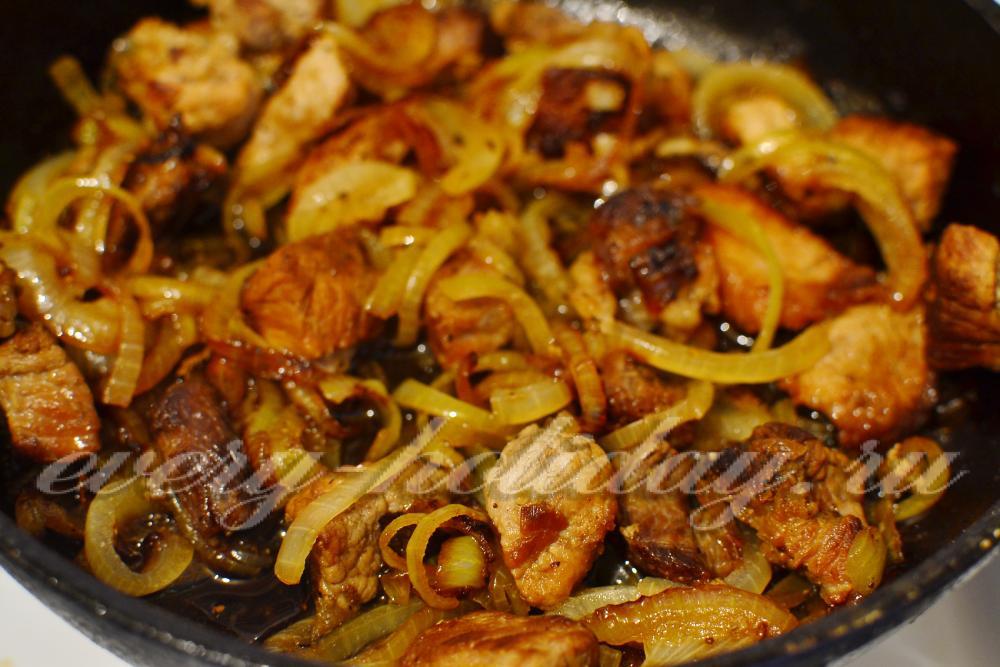 Как вкусно пожарить свинину с луком на сковороде пошаговый рецепт 131