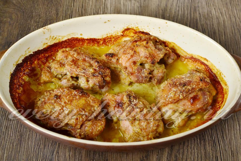 Жареная курица с хрустящей корочкой на сковороде