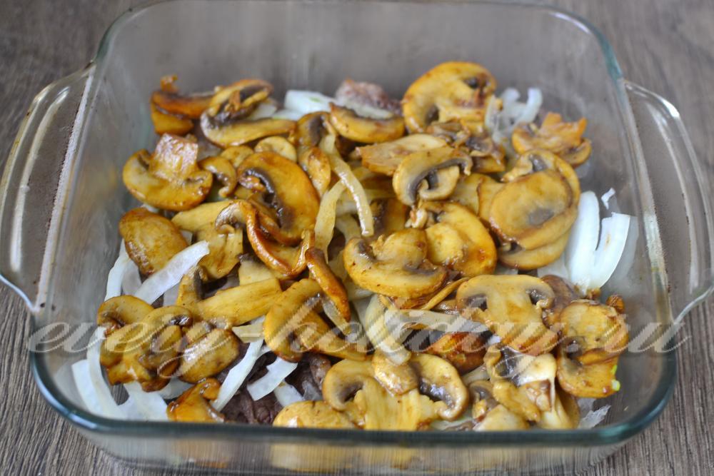 мясо по-французски с грибами и помидорами в духовке рецепт с фото