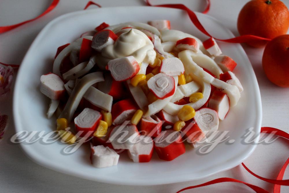 салат с крабовыми палочками и кукурузой и кальмарами