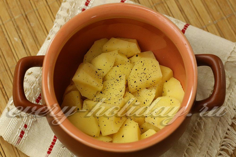 Картошка с тушенкой в горшочке