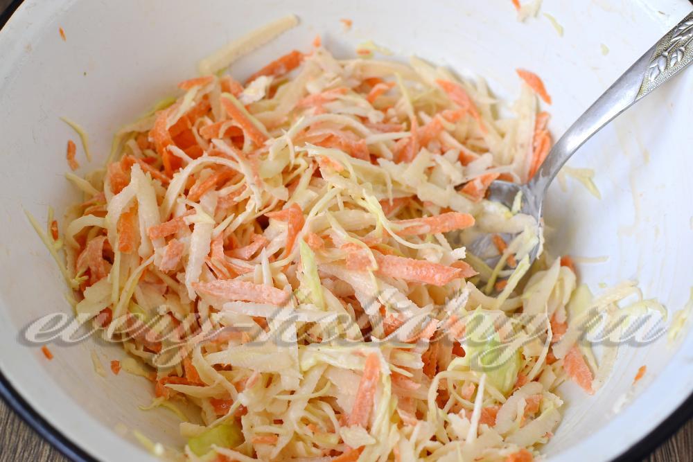Салат с редькой капустой и морковью