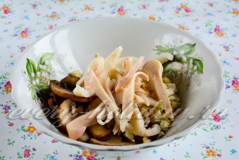 Салат из кальмаров грибов и яиц рецепт