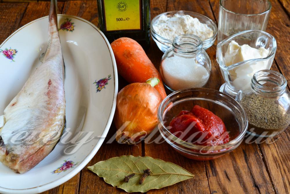 Минтай тушеный с морковью луком и томатной пастой