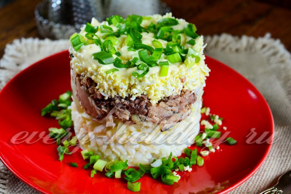 Рецепт салата с рыбными консервами и яйцом