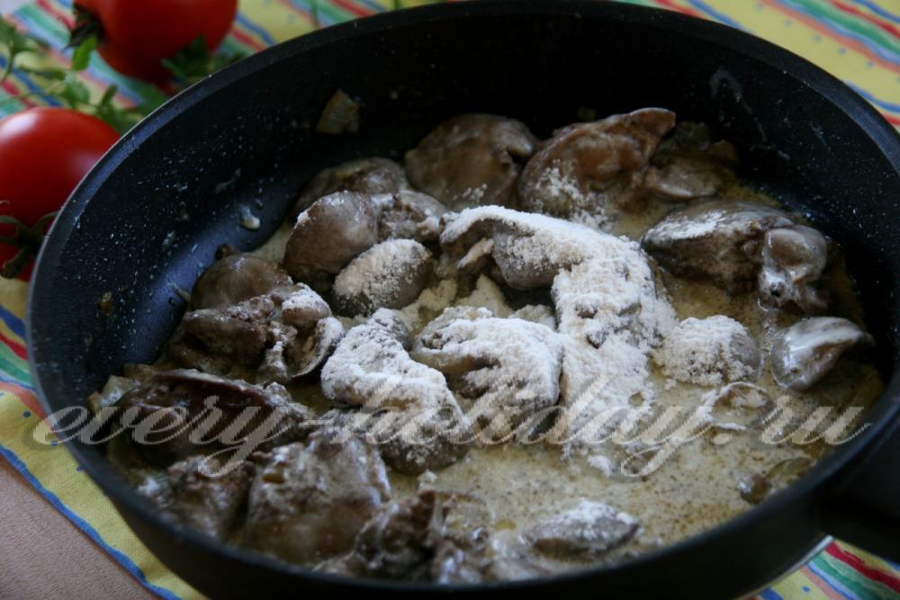 Куриная печень в сметане мука