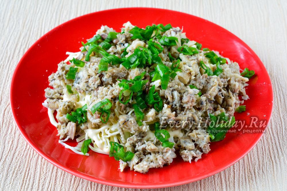 Салат с зеленым луком и рыбной консервой