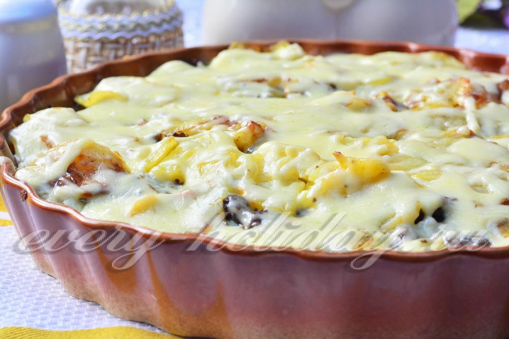 Запеканка картофельная с фаршем грибами и сыром