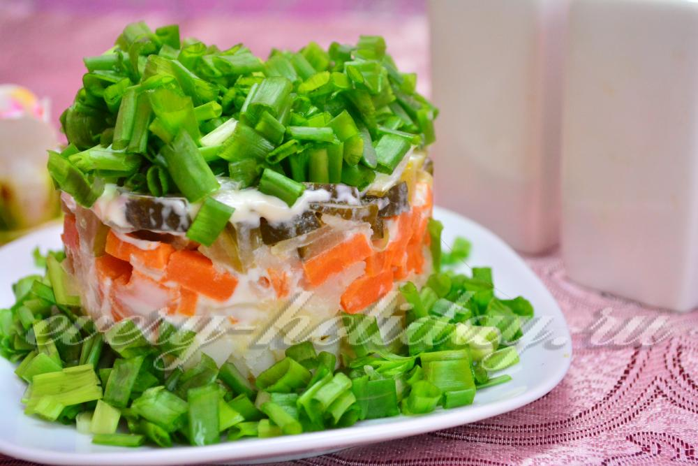 Салат с огурцами солеными