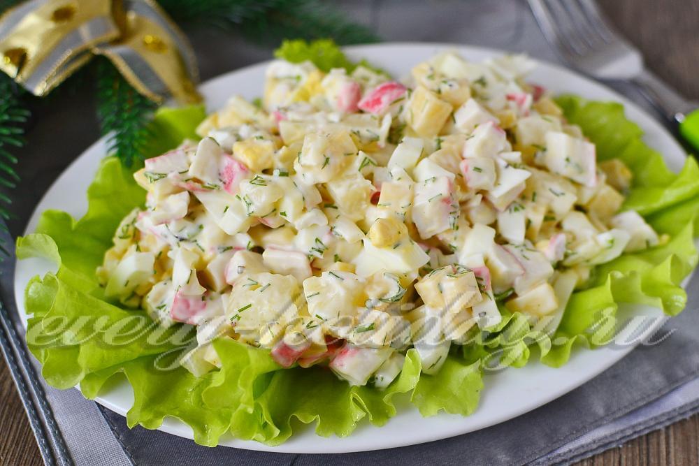 Крабовый салат с сыром и ананасом рецепт