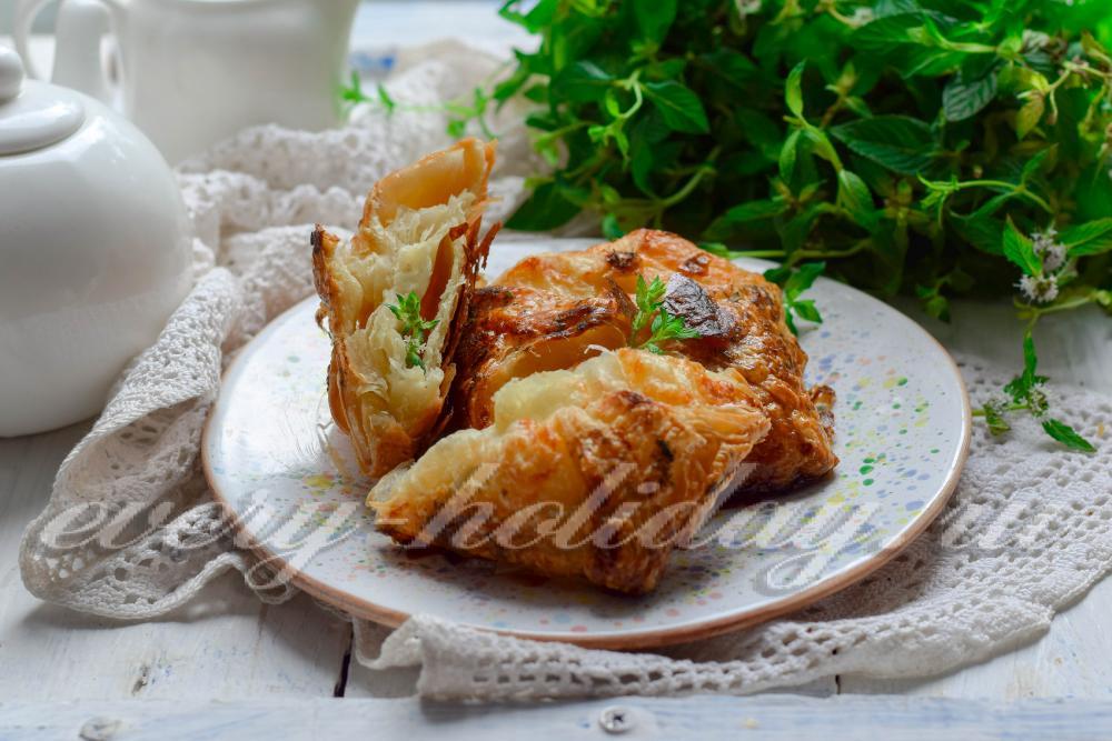 Хачапури с сыром из слоеного теста пошаговое