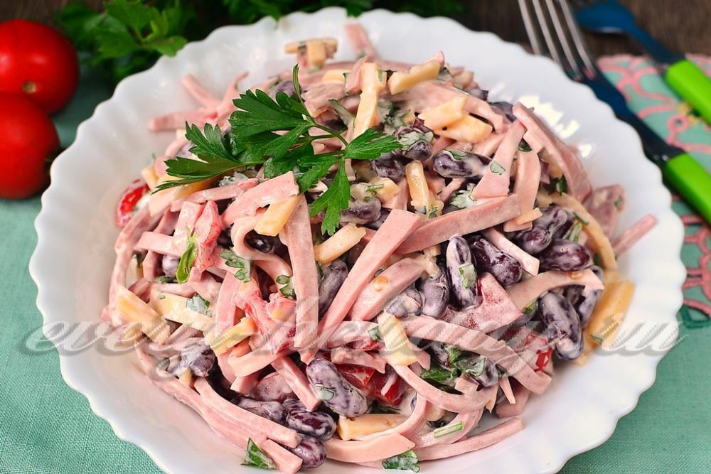 Салат с шампиньонами консервированными и колбасой рецепт