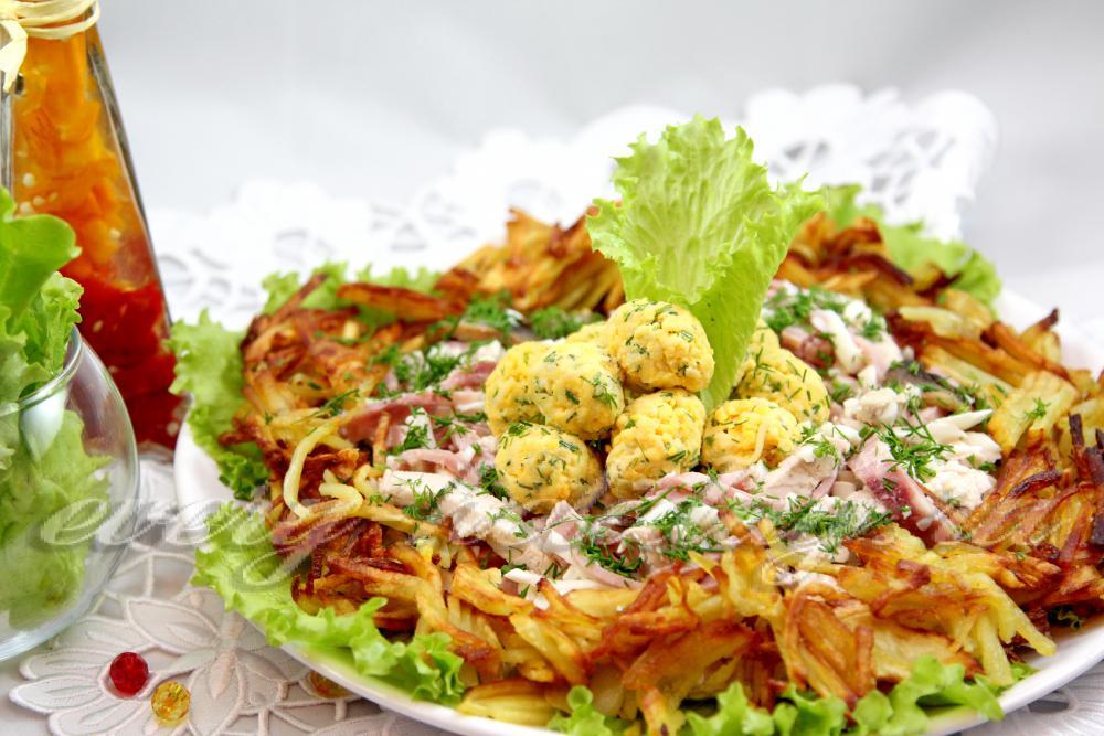 Рецепт салата гнездо глухаря с грибами и ветчиной фото