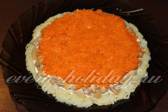 выложить слой натертой моркови