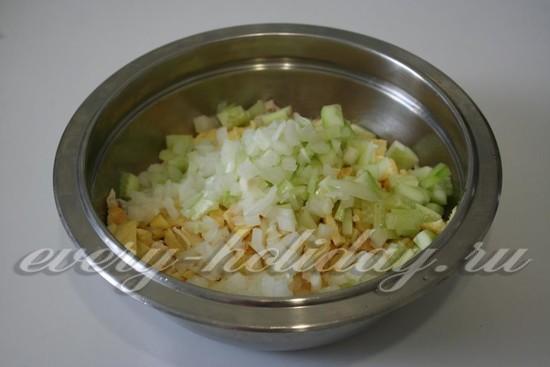 добавьте нарезанный маринованный лук