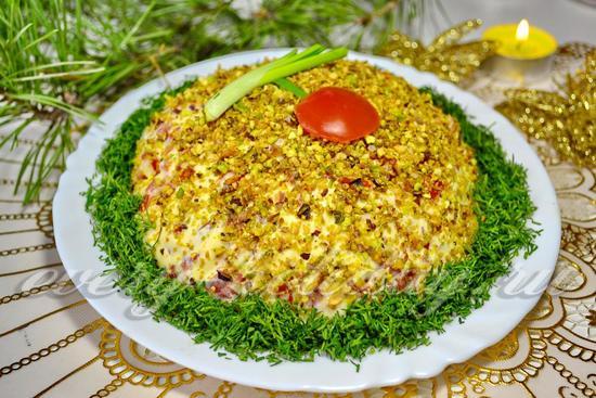 Рецепт салата с фисташками, курицей и сыром