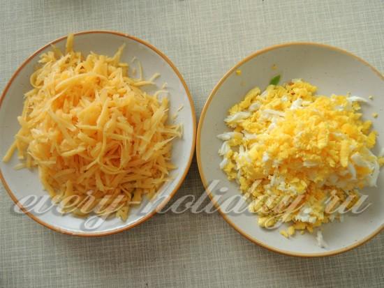 натереть сыр и яйца