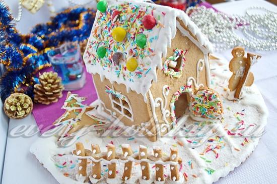 Украсить пряничный домик конфетами и посыпкой