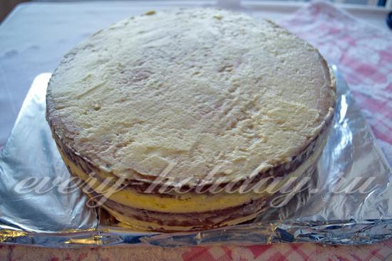 Покройте верх и бока торта кремом