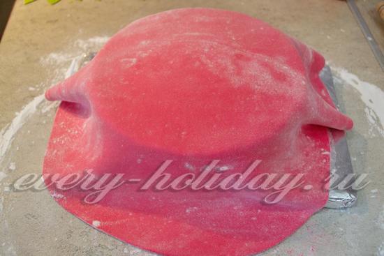 перенесите мастику на торт