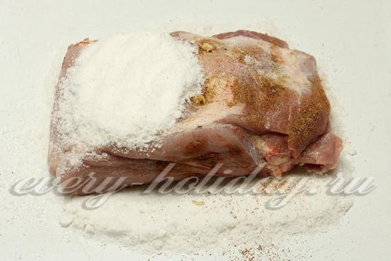 Засыпать мясо солью