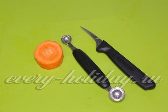 Ингредиенты и инструменты для цветка из моркови