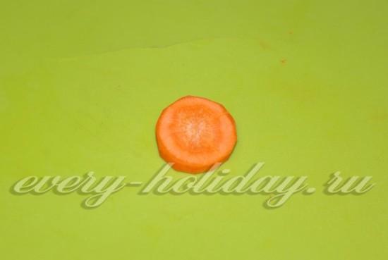 Отрежьте от моркови 2 кружочка