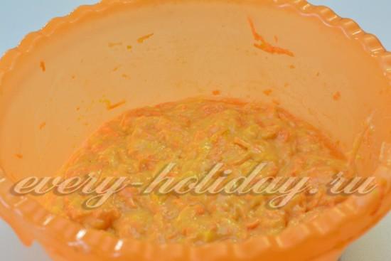 Замесить тесто для морковного бисквита.