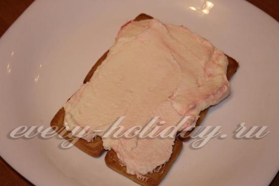 выкладываем щедрый слой творожного крема