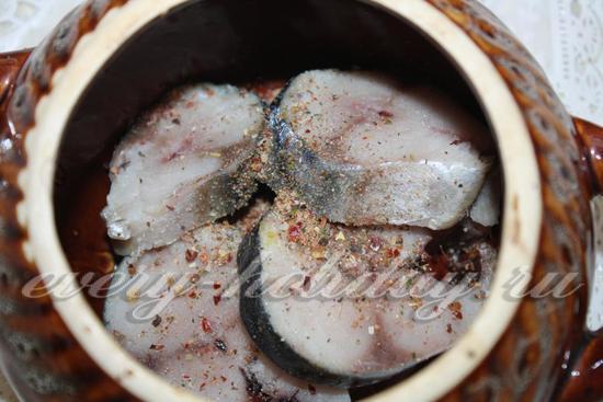 Рыбу нарезать и посыпать специями