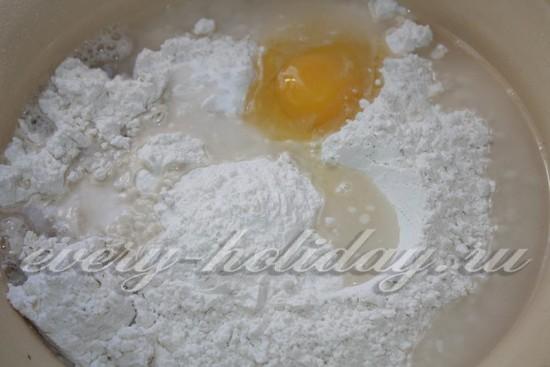 Насыпаем муки, разбиваем яйцо, добавляем воду и соль