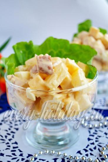уложите в креманку с листком салата