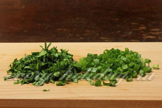 Мелко режем зелень и зеленый лук