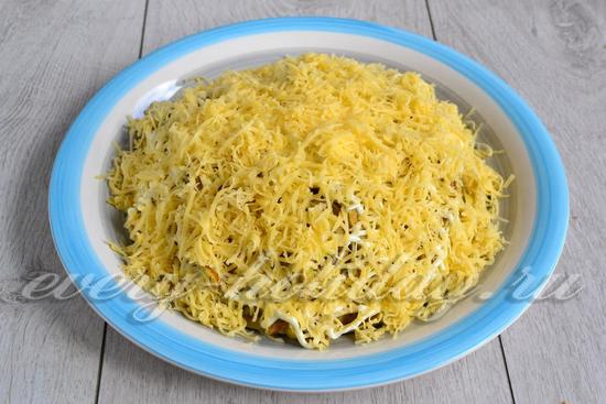 Присыпаем салат сыром