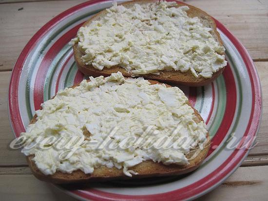 смажьте бутерброды получившейся замазкой