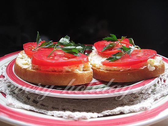уложите помидоры