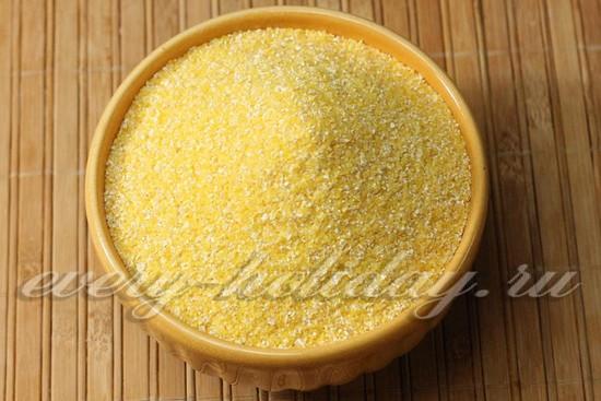 Отмеряем нужное количество кукурузной крупы