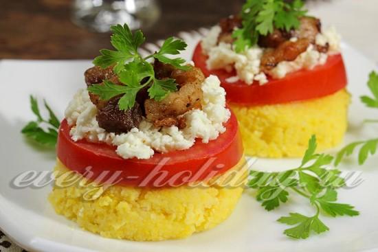 рецепт закуски из поленты, мяса и помидор