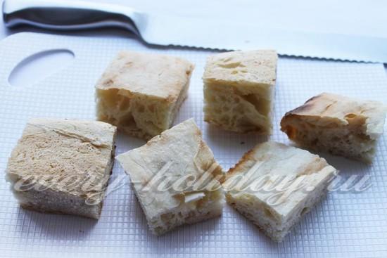 Хлеб нарежьте крупными кусочками