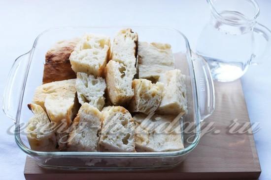 Залейте кусочки хлеба холодной водой