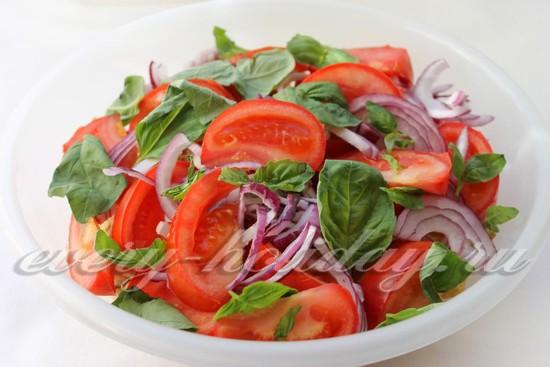 Базилик порвите и посыпьте салат