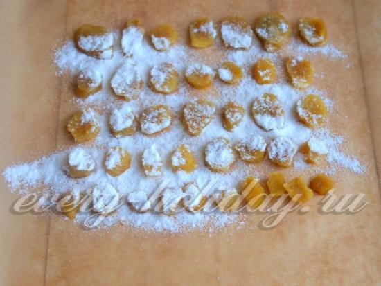 Посыпьте цукаты сахарной пудрой