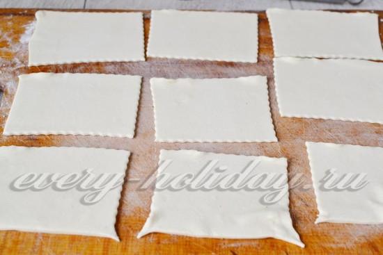 разморозить тесто и нарезать