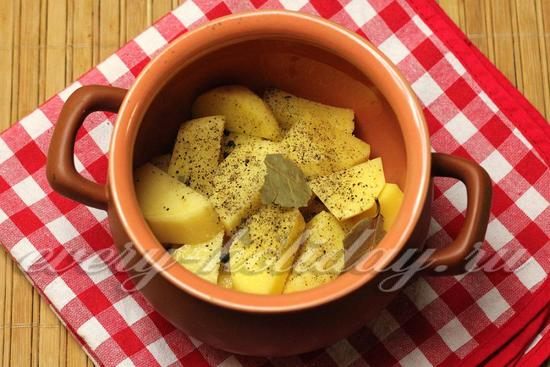 На дно каждого порционного горшочка выкладываем слой картофеля