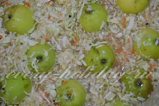 прокладываем целые вымытые яблоки