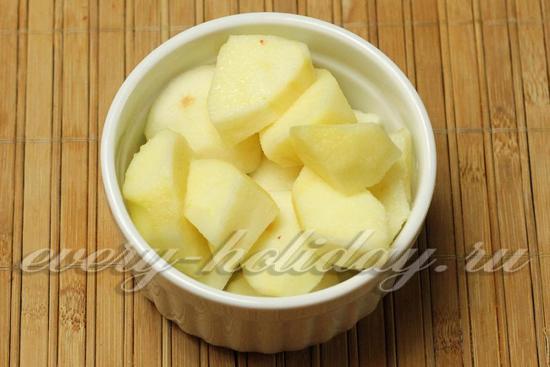яблоки режем кусочками